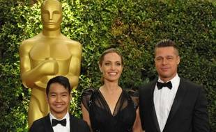 Maddox Jolie-Pitt, avec ses parents Angelina Jolie et Brad Pitt, le 16 novembre 2013, à Los Angeles.