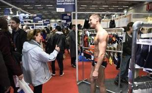 Un mannequin présente un modèle de sous-vêtements fabriqués en France au salon du MIF le 16 novembre 2014 à Paris