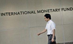 Un homme passe devant le siège du FMI le 30 juin 2015 à Washington