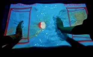 La technologie Aquatop Display permet de transformer l'eau de votre bain en écran interactif.