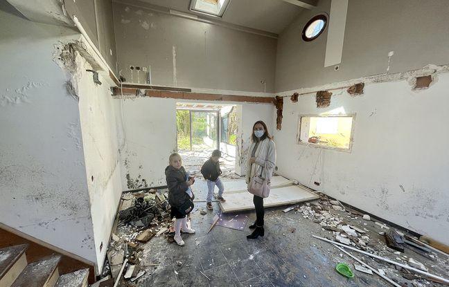 Cécile Lagier et ses enfants, dans leur ancienne maison juste avant sa destruction
