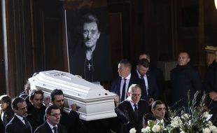Le cercueil de Johnny Hallyday porté dans l'Eglise de la Madeleine à Paris en 2017.