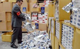 Un douanier présente une saisi record de cigarettes de contrebande, le 31 octobre 2007 au Havre.