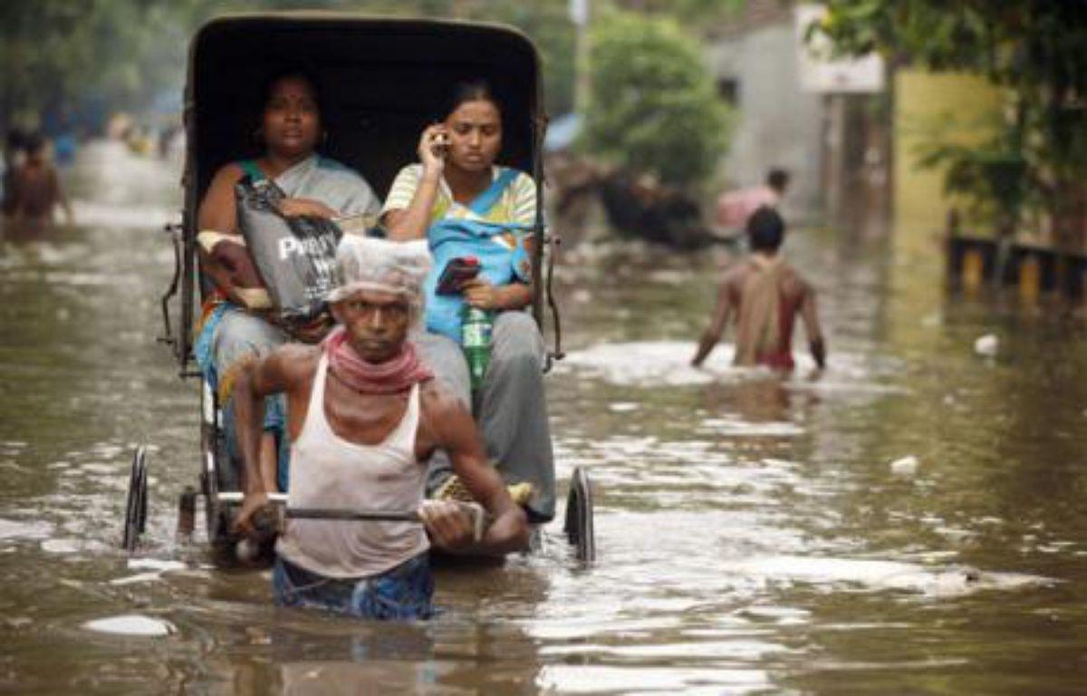 Dans les rues inondées de Kolkata, Inde, le 13 juin 2007. – J. SHAW / REUTERS