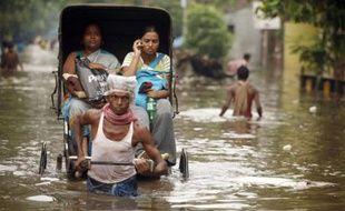 Dans les rues inondées de Kolkata, Inde, le 13 juin 2007.