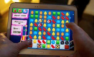 Un utilisateur de tablette joue à Candy Crush