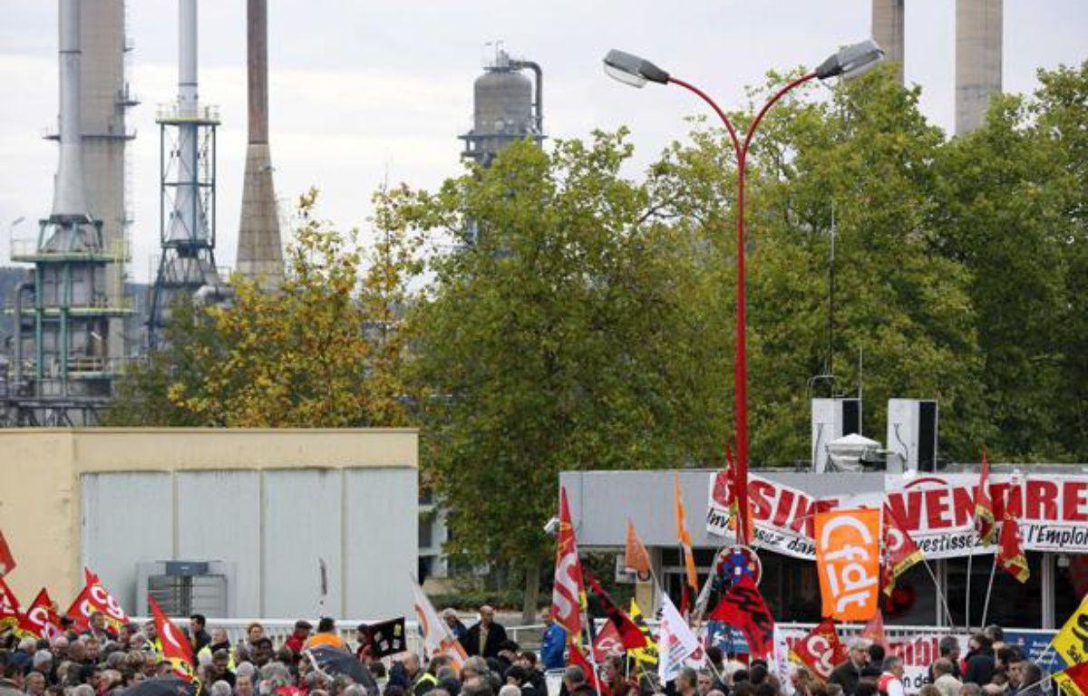 Des manifestants devant l'usine Petroplus de Petit-Couronne le 18 octobre 2012. – BISSON/JDD/SIPA