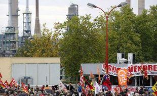 Des manifestants devant l'usine Petroplus de Petit-Couronne le 18 octobre 2012.