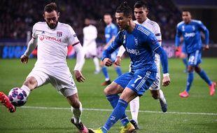 Lucas Tousart de l'OL s'oppose à Cristiano Ronaldo de la Juventus, lors des 8e de finale de la LDC 2020