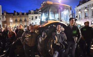 Des agriculteurs manifestent devant la préfecture du Mans, le 11 mai 2017.