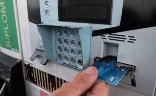 Un automobiliste paie son plein d'essence avec une carte bleue (image d'illustration).