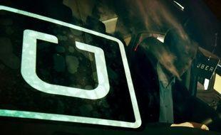 Un homme essaye un véhicule lors du premier salon de recrutement d'Uber à Los Angeles, le 10 mars 2016
