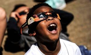 Un enfant américain admire l'éclipse solaire, le 21 août 2017.