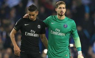 Les joueurs du PSG Marquinhos et Kevin Trapp, déçus après l'élimination face à Manchester City en quart de finale de la Ligue des champions, le 12 avril 2016.