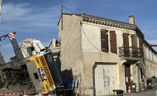 Le camion a basculé, et entraîné la grue dans sa chute qui s'est effondrée sur les maisons.
