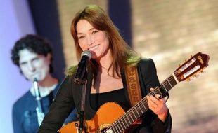 """Carla Bruni, qui entreprendra une tournée à l'automne, a enregistré """"Little French Songs"""" en 2011 pendant que son époux était à l'Elysée. Mais sa sortie a été repoussée à l'après-présidentielle."""