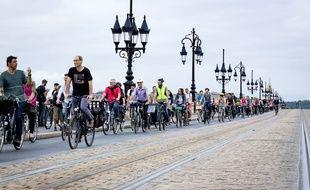 Des cyclistes et piétons ont manifesté pour le maintien de la fermeture du pont de pierre aux véhicules motorisés.