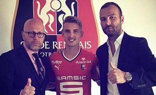 Benjamin Bourigeaud prend la pose avec son nouveau maillot, en compagnie notamment de son agent Danijel Ljuboja (à d.).