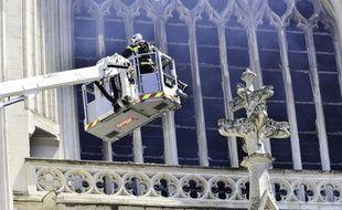 Une centaine de pompiers et une quarantaine d engins ont ete depeches pour combattre un ' feu important signalé vers 7h45 a l'interieur de la cathedrale Saint-Pierre-et-Saint-Paul de Nantes, samedi 18 juillet.