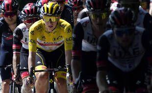 Tadej Pogacar avance sur les routes du Tour avec, dans son sillage, le poison du soupçon de dopage.