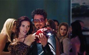 Scarlett Johansson et Robert Downey Jr. enfilent quelques tenues moulantes.