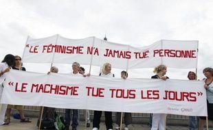 """Quarante-cinq associations de défense des droits des femmes lancent mercredi une """"lettre ouverte"""" aux candidats à la présidentielle, leur demandant notamment de s'engager sur la création d'un ministère des Droits des femmes ou de """"réaliser l'égalité professionnelle""""."""
