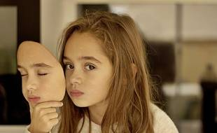 Illustration d'une petite fille avec un masque.