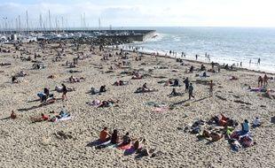 Des personnes profitent du soleil sur une plage de Pornic en Loire Atlantique. S.Salom-Gomis/Sipa