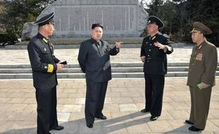 Le leader de la Corée du nord, Kim Jong-un, entouré de dirigeants, le 6 avril 2012.