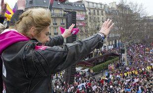 Frigide Barjot salue les milliers de participants à la «Manif pour tous», le 24 mars 2013, à Paris.