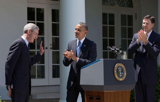 L'ancien directeur du FBI, Robert Mueller (gauche), passe la main à son successeur, James Comey, en 2013.