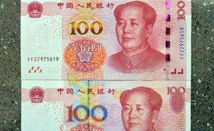 Un nouveau billet de 100 yuans (au-dessus) et un ancien (en bas) présentés à Handan, le 12 novembre 2015