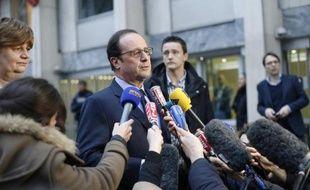 Le président François Hollande s'exprime devant les journalistes après sa visite à l'ambassade du Danemark, le 15 février 2015 à Paris