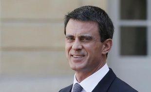 Le Premier ministre Manuel Valls se tient dans la cour de l'hôtel Matignon, le 21 avril 2015 à Paris