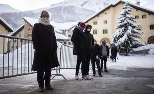 Des personnes attendant de se faire tester à Zuoz, en Suisse.