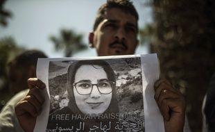 Un homme montrant une photo de Hajar Raissouni, lors d'un rassemblement pour demander sa libération, à Rabat, au Maroc, le 9 septembre.