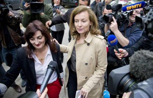 Valerie Trierweiler sort du qg de Francois Hollande, entourée d'une nuée de journalistes le 8 mai 2012.