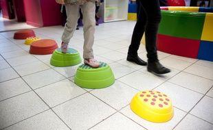 Une enfant autiste effectue des activités encadrées par l'association Vaincre l'autisme.