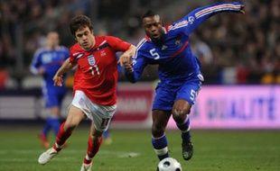 L'Anglais Joe Cole (à gauche) à la lutte avec le Français William Gallas lors d'un match amical le 26 mars 2008 au Stade de France.