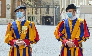 Des gardes suisses masqués à Rome. (Illustration)