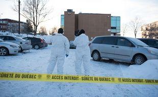 Des enquêteurs sur les lieux de la fusillade qui a fait six morts dans une mosquée à Québec, le 30 janvier 2017.