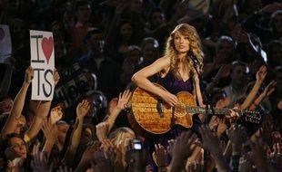 La chanteuse Taylor Swift, lors des 43e Country Music Awards à Nashville, le 12 novembre 2009.