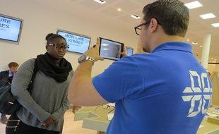 A Lunettes Pour Tous, les vendeurs sont équipés de tablettes numériques pour rendre les ventes plus rapides.