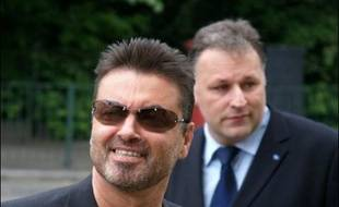 Le chanteur britannique George Michael a été condamné vendredi à 100 heures de travaux d'intérêt public et interdit de conduite pendant deux ans pour avoir pris le volant alors qu'il était inapte à le faire.