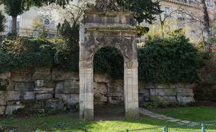 Ancienne lucarne de l'Hôtel de Ville dans les jardins du Trocadéro