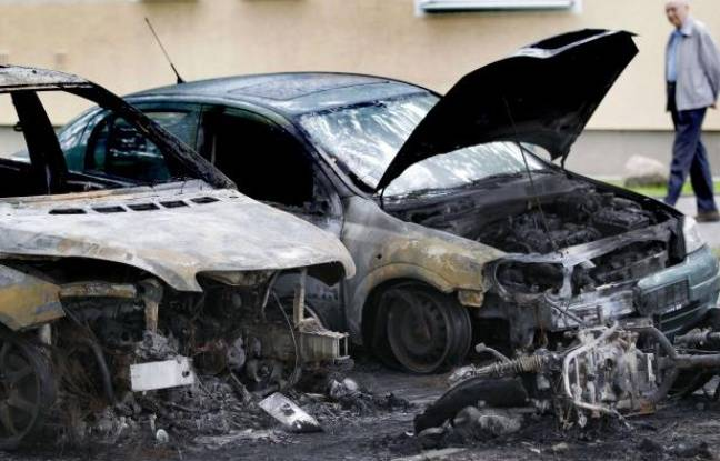 Des voitures incendiées à Berlin le 17 août 2011.