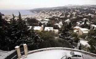 """Les deux tiers de la France ont été placés samedi après-midi par Météo France en vigilance orange """"grand froid"""" et/ou """"neige et pluies verglaçantes"""", un froid intense persistant sur l'Est de la France, tandis que le Nord et l'Ouest devaient se couvrir de neige"""