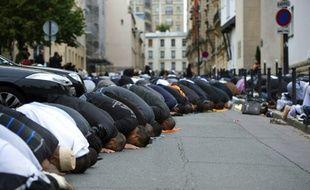 Des musulmans prient dans la Grande Mosquée de Paris, le 26 octobre 2012