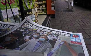 Le Apple Daily avec en Une l'arrestation de son patron, à Hong Kong le 11 août 2020.