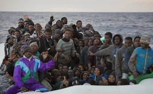 Des migrants sur un bateau en Méditerranée. (Illustration)